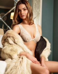 Petite escort Kyra in fur coat